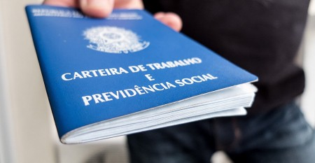 Desemprego sobe em fevereiro e Brasil tem menor número de carteira assinada desde 2012, diz IBGE